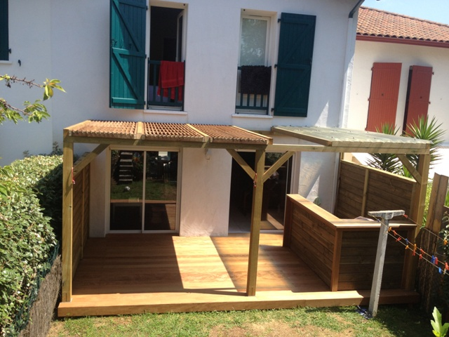 terrasse en ipe cuisine d t et pergola sur urugne 64 paysabois bois terrasse landes. Black Bedroom Furniture Sets. Home Design Ideas
