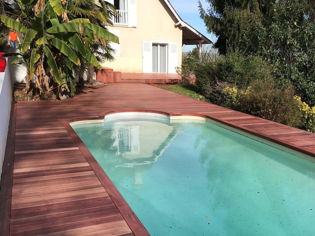 terrasse en bois pour piscine, avec du Padouk